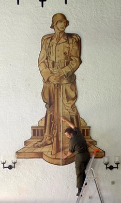 Nazi Fresko in Kevenhüller Kaserne Klagenfurt Lendorf , wird von Künstler Richard Kriesche verdeckt
